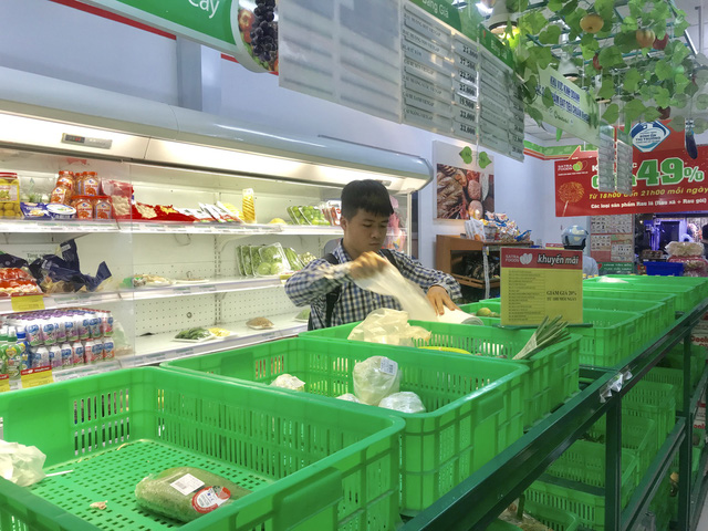 Empty vegetable shelves are seen at Satrafoods on Phan Dinh Phung Street in Phu Nhuan District on November 26, 2018. Photo: Tuoi Tre