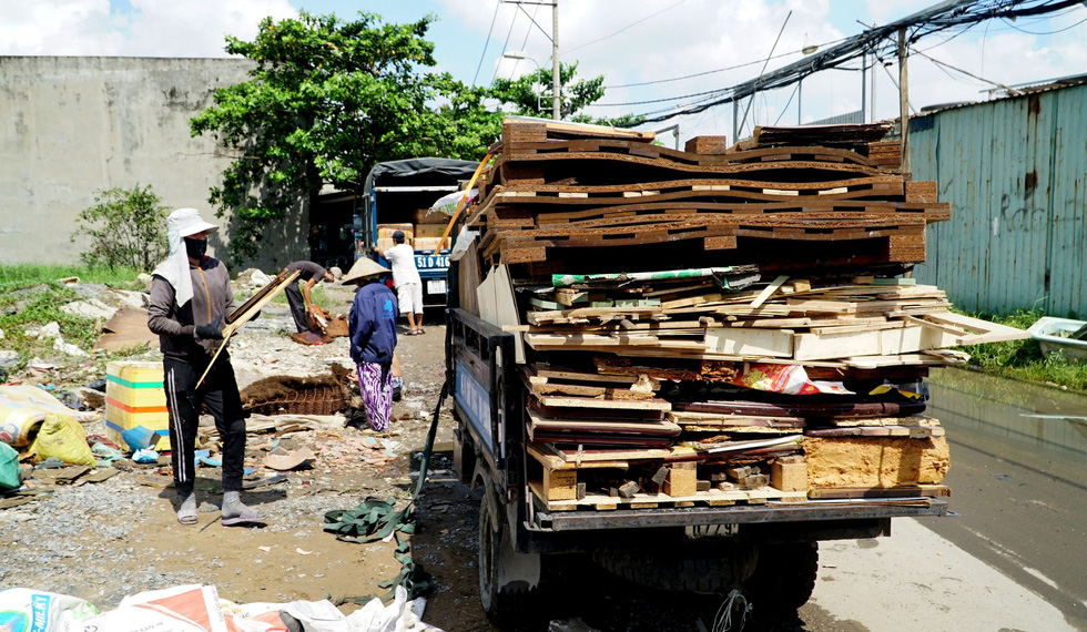 Wooden planks of damaged furniture are being collected in Binh Chanh District. Photo: Tuoi Tre