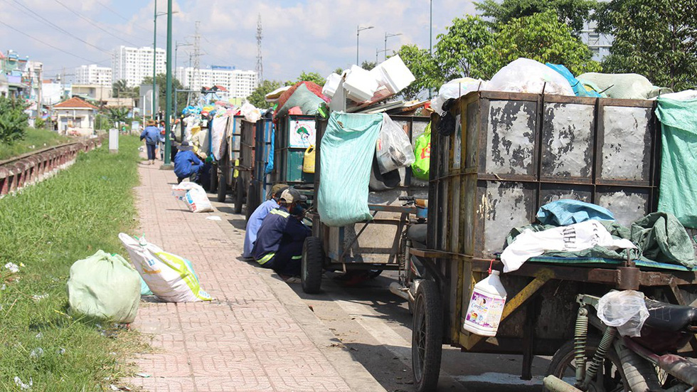 Garbage carts line up along Pham Van Dong Street in Thu Duc District. Photo: Tuoi Tre