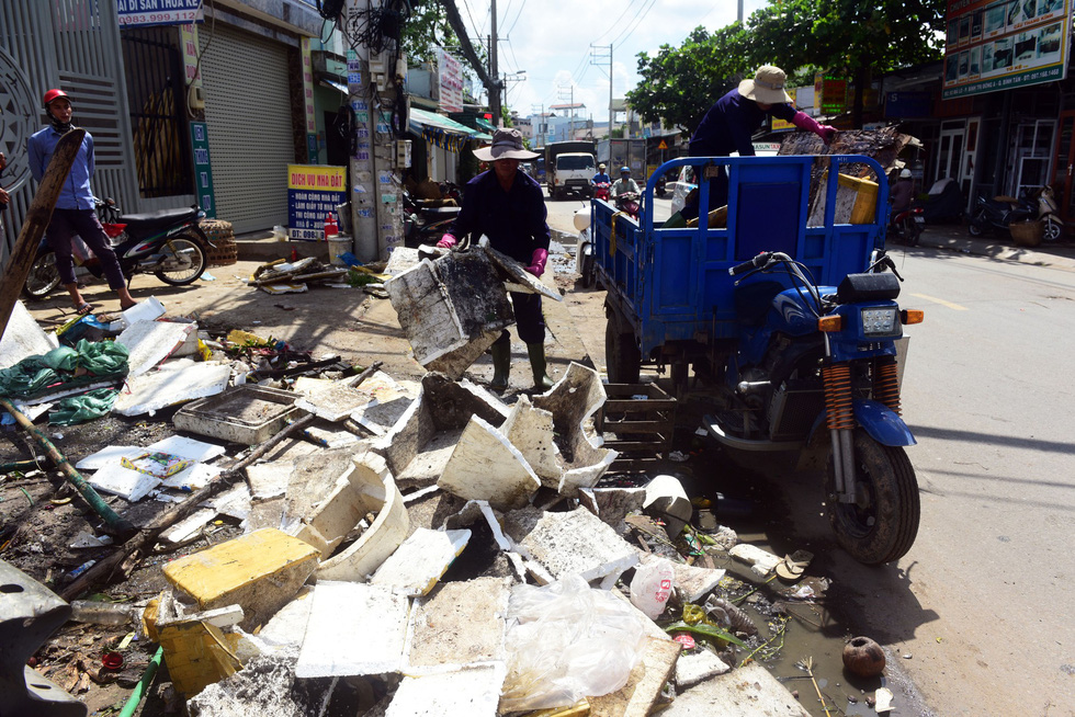 Rubbish is being collected on Le Dinh Can Street in Binh Tan District. Photo: Tuoi Tre
