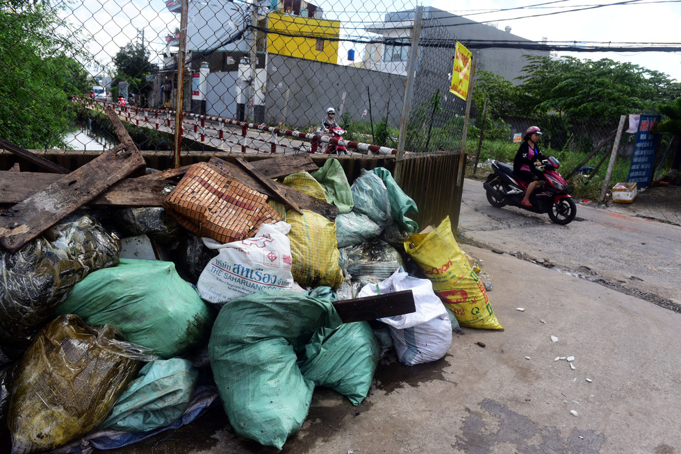 Garbage piles up in Binh Tan District. Photo: Tuoi Tre