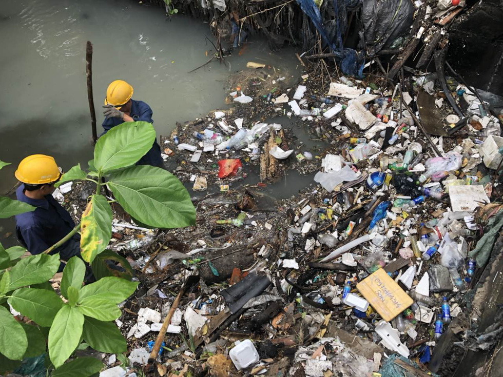A massive amount of trash is being collected at a canal near Tan Son Nhat International Airport. Photo: Tuoi Tre