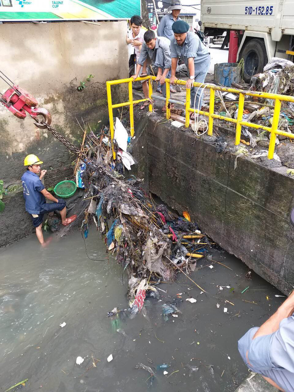 Competent authorities dredge a canal in Thu Duc District. Photo: Tuoi Tre