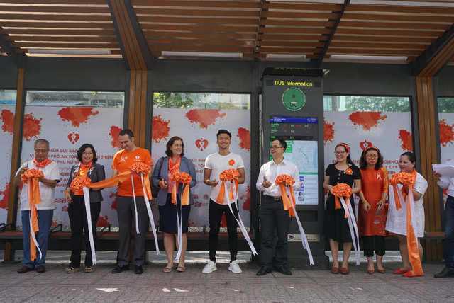 Officials cut the ribbon to launch an orange bus terminal in Ho Chi Minh City on November 28, 2018. Photo: Tuoi Tre