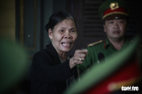Nguyen Thi O, mother of deceased Nguyen Van Thoi, reacts at the court. Photo: Tuoi Tre