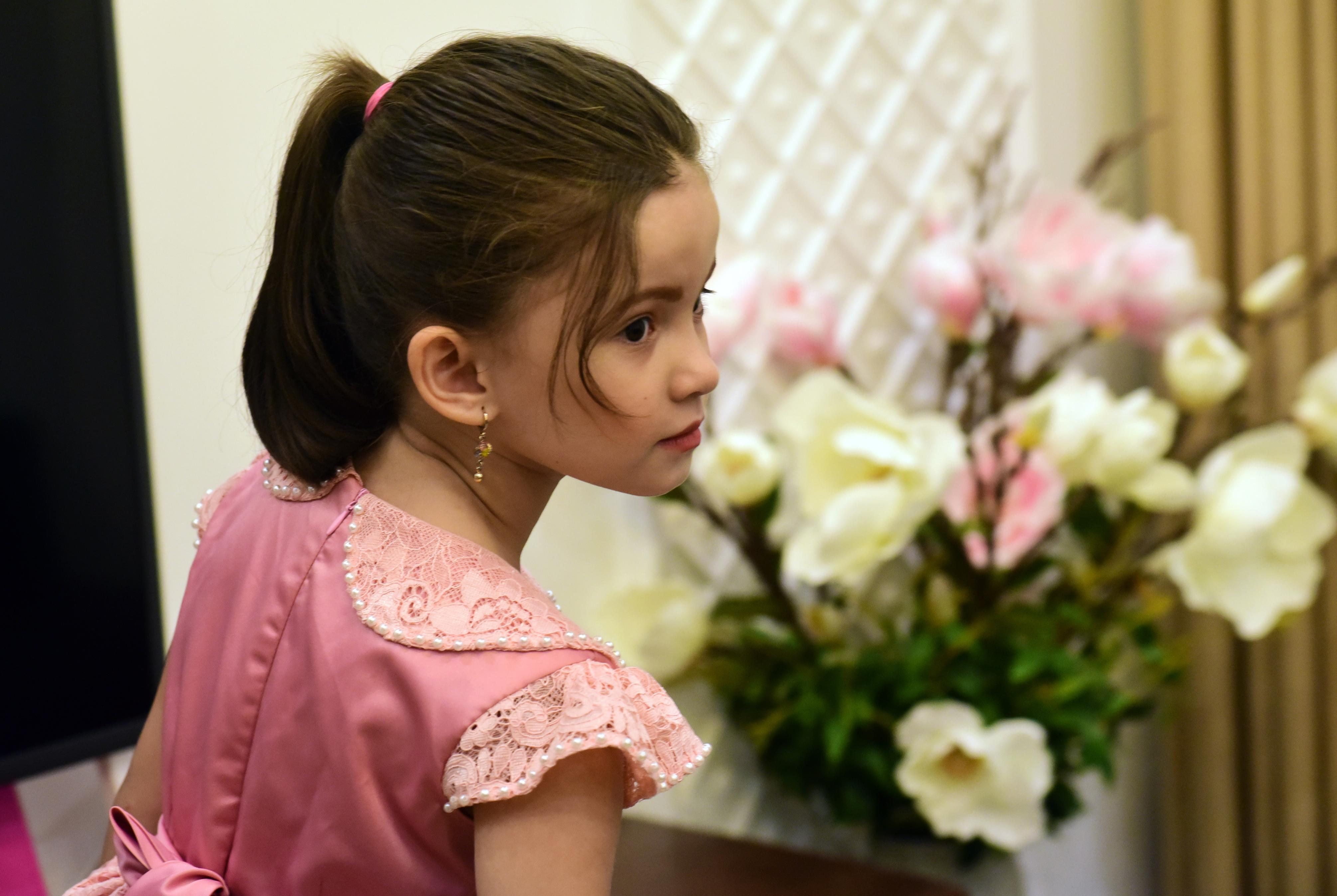 Little Filipino girl wins netizens' heart with cute Vietnamese translation