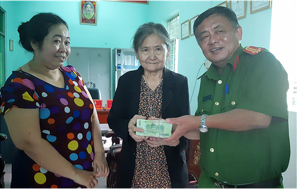 Vietnamese woman returns lost cash-filled bag to police after stopping stranger from picking it
