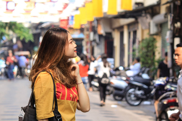 Vuong Thi Kim Phuong, junior at Military Technical Institute, visits Dao Duy Tu Street in Hanoi. Photo: Tuoi Tre