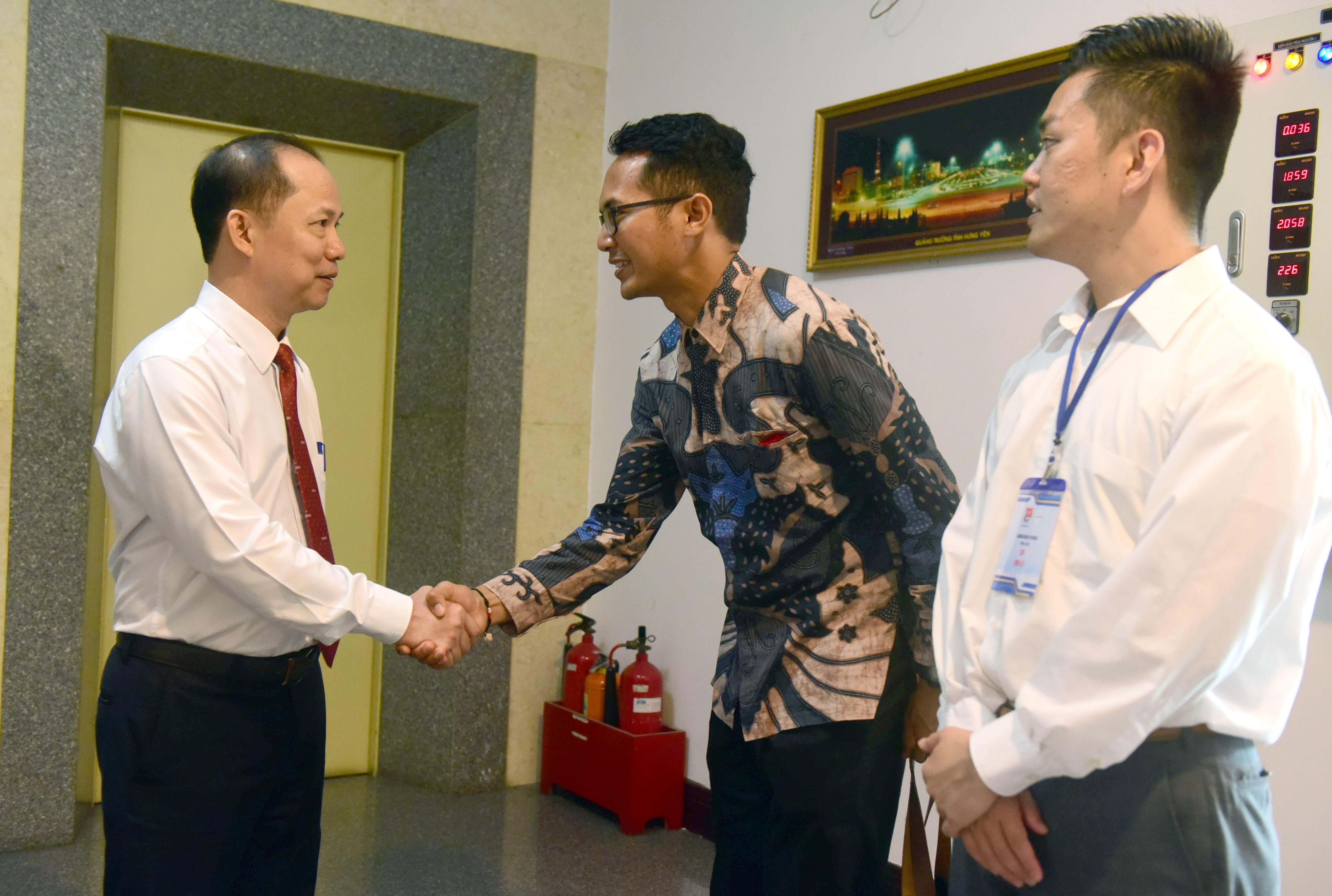 Tuoi Tre deputy editor-in-chief Le Xuan Trung greets SSEAYP delegates. Photo: Minh Phuong / Tuoi Tre