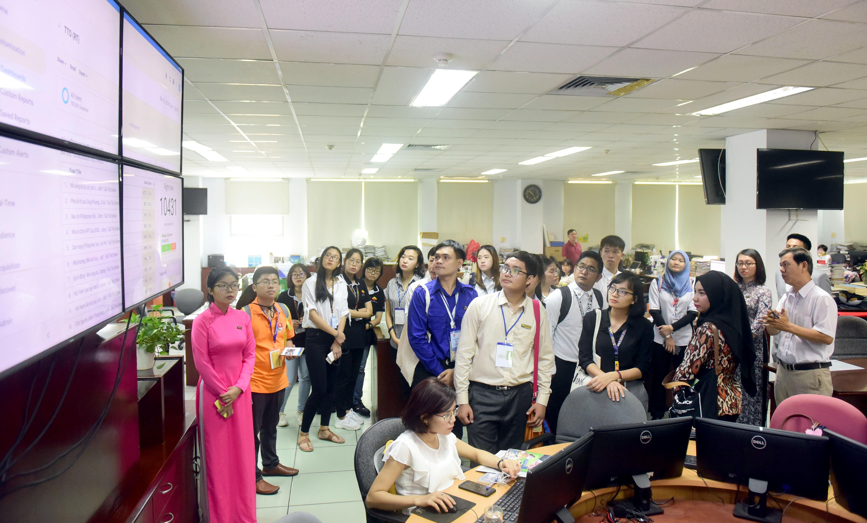The delegates tour Tuoi Tre news hub. Photo: Minh Phuong / Tuoi Tre