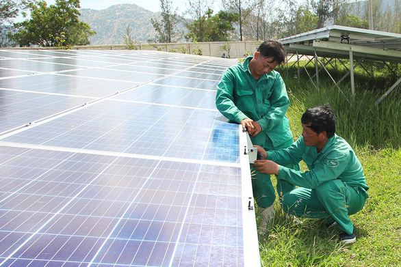 Technicians install solar panels at a solar power plant in Vietnam. Photo: Tuoi Tre