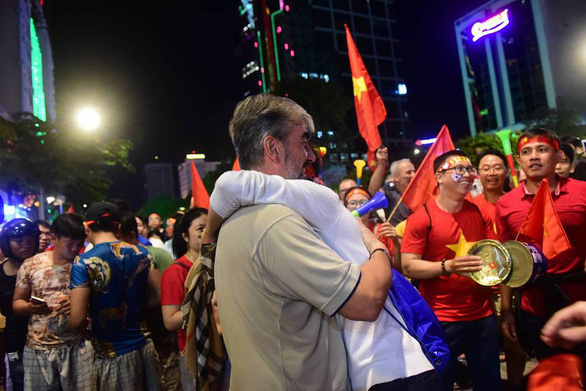 Fans exchange hugs after Vietnam's win against the Philippine on December 6, 2018. Photo: Tuoi Tre
