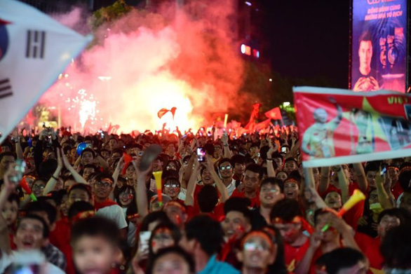 A street in Vietnam is filled with people as fan celebrate Vietnam's win against the Philippine on December 6, 2018. Photo: Tuoi Tre
