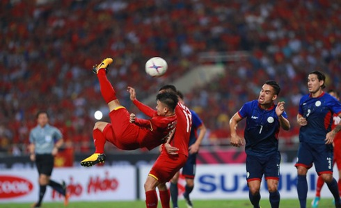 A Vietnamese player performs a bicycle kick during their second leg against the Philippines in the 2018 AFF Championship semifinal in Hanoi on December 6, 2018. Photo: Tuoi Tre