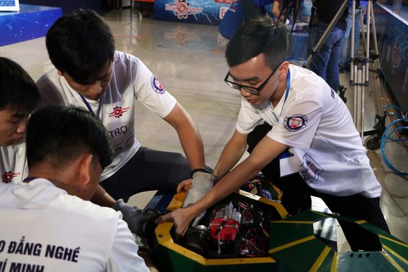 Competitors repair damages to their robot after a match in the quarter-finals of the 2018 RoboFight in Ho Chi Minh City on December 5, 2018. Photo: Tuoi Tre