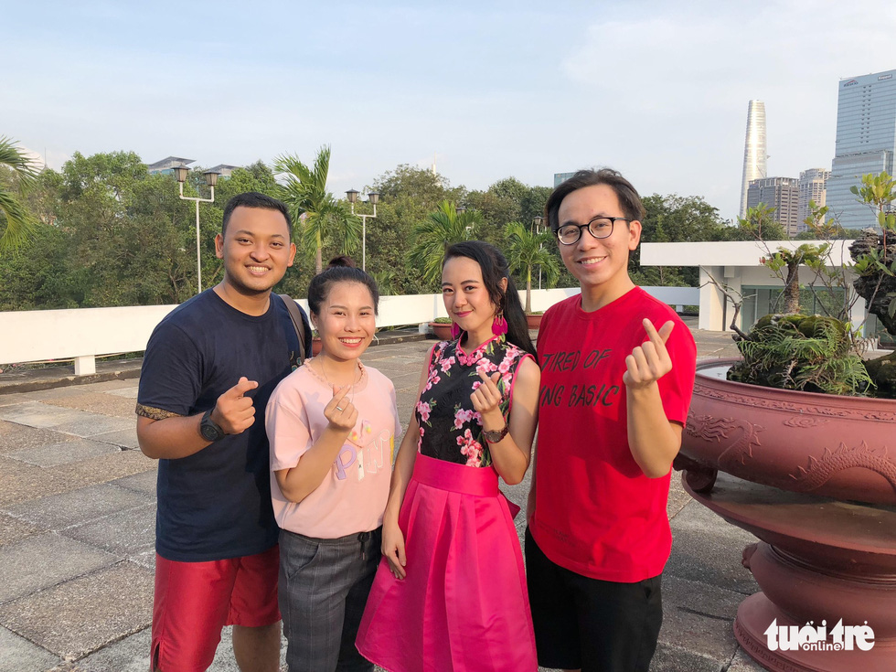 SSEAYP's Indonesian Ongky Abdi Nwari (left) and Vietnamese Nguyen Hoang An (right) pose for a photo with their host family. Photo: Tuoi Tre