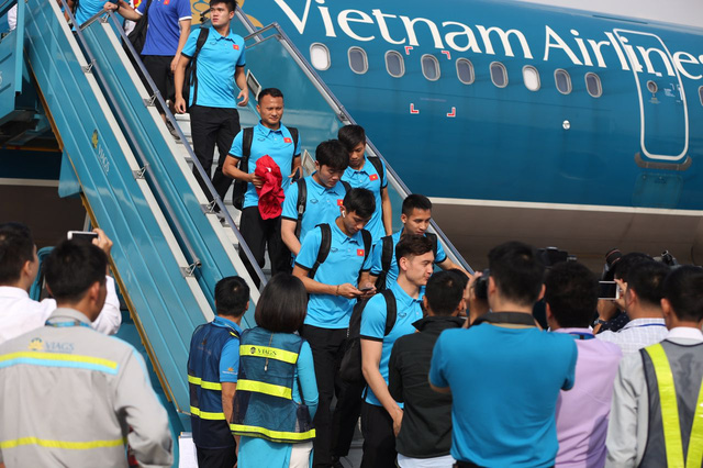 Vietnam football team arrive at the Noi Bai International Airport in Hanoi on a Vietnam Airlines' flight. Photo: Vietnam News Agency
