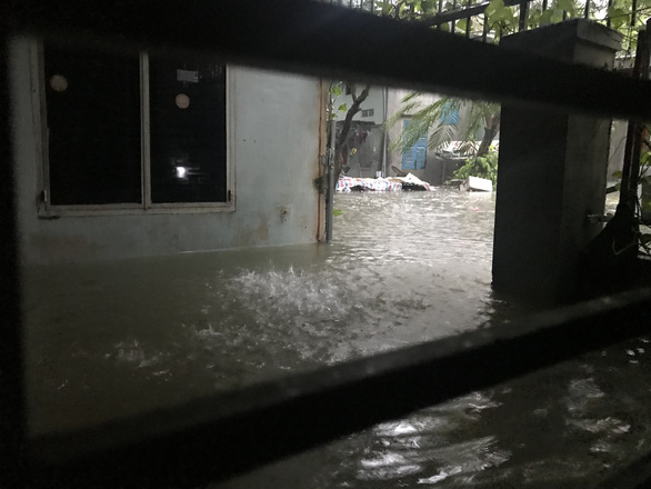 A section along Trung Nu Vuong Street in Hai Chau District is seriously flooded. Photo: Tuoi Tre