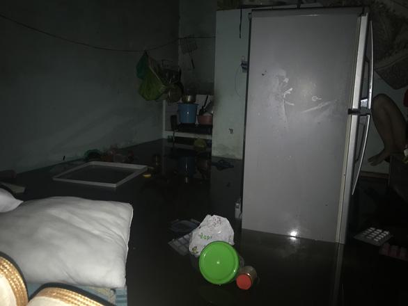 Rainwater flows into a tenanted house in downtown Da Nang. Photo: Tuoi Tre