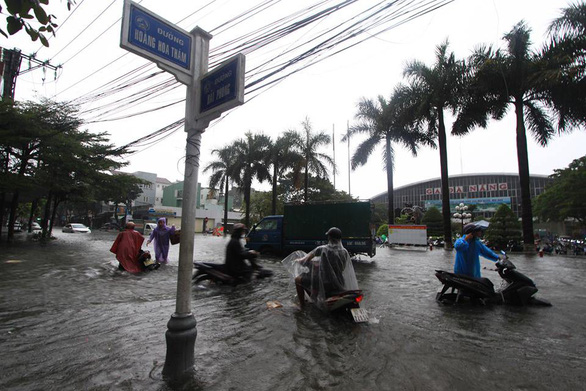 An area in front of the Da Nang Railway Station is submerged. Photo: Tuoi Tre