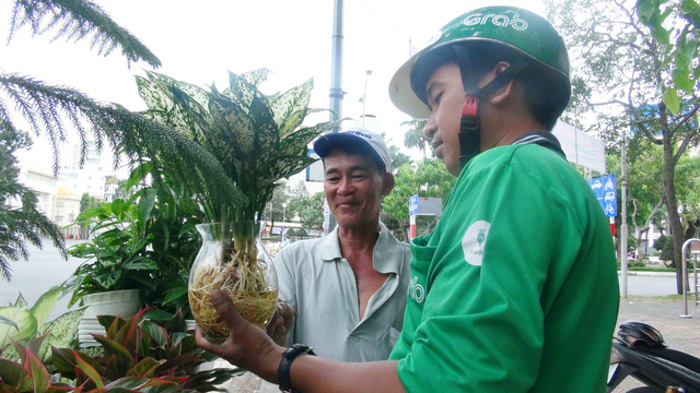 Nguyen Van Chuong offers to sell plants to a customer in Can Tho City, southern Vietnam. Photo: Tuoi Tre