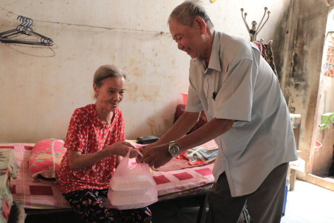 Vietnamese man delivers meals free to lonely elderly for three decades
