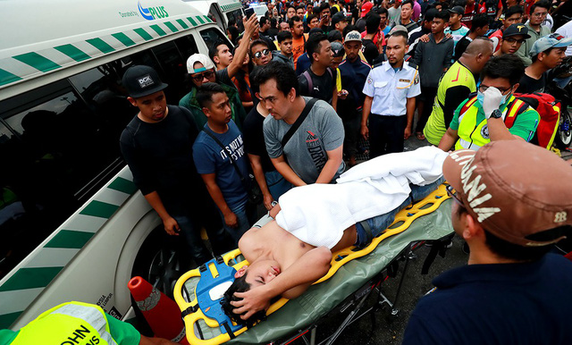 A man faints during the ticket rush at the Kuala Lumpur-based Bukit Jalil Stadium on December 9, 2018. Photo: Nguyen Khoi / Tuoi Tre