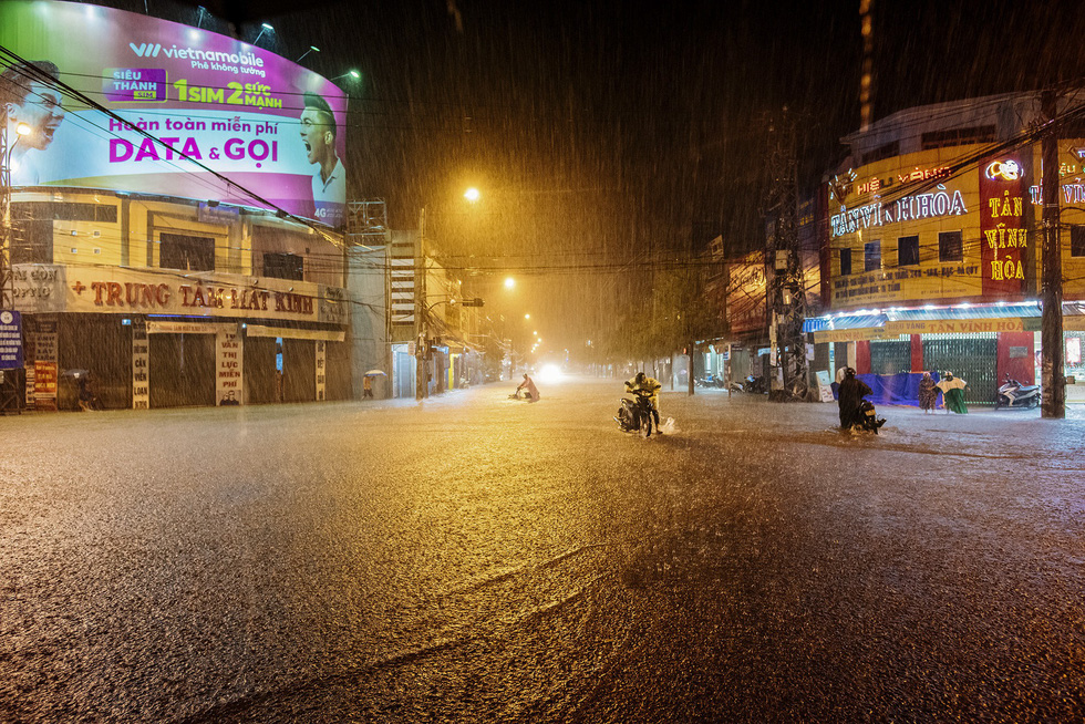Heavy rain dampens Tam Ky City on the night of December 9, 2018.