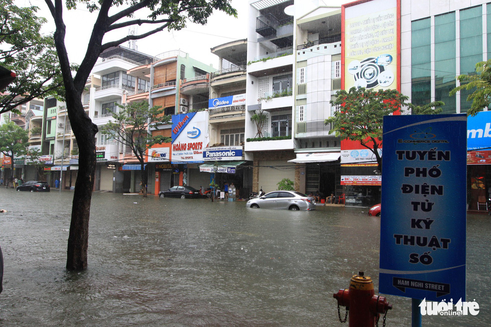Many shops are closed due to inundation in Da Nang City on December 9, 2018.
