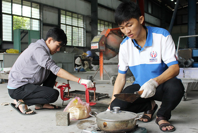 Vietnamese sophomores make floor tiles from sand, plastic