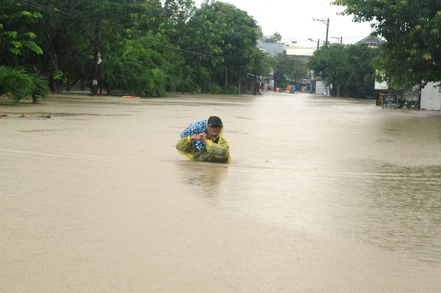 A man waded in floodwaters in Quang Nam Province, central Vietnam, December 10, 2018. Photo: Tuoi Tre