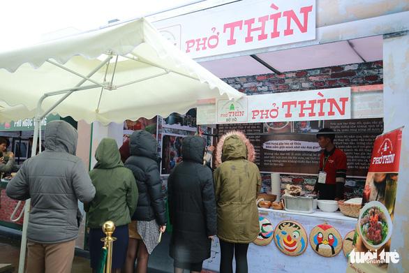 People wait to eat Pho Thin. Photo: Nam Tran / Tuoi Tre