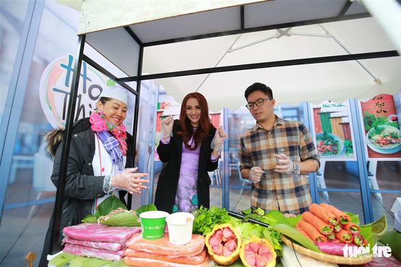 Miss Vietnam World 2010 Diem Huong (center) is seen at the Hai Thien pho shop. Photo: Nam Tran / Tuoi Tre