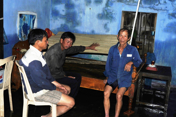 Duoc's relatives mourn beside his lifeless body.