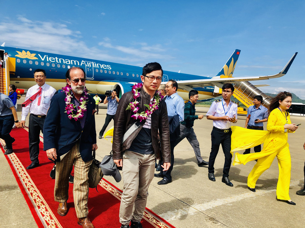 The 100 millionth passenger to Phu Quoc Internatinal Aiport is welcomed upon his arrival on December 15, 2018. Photo: Tuoi Tre