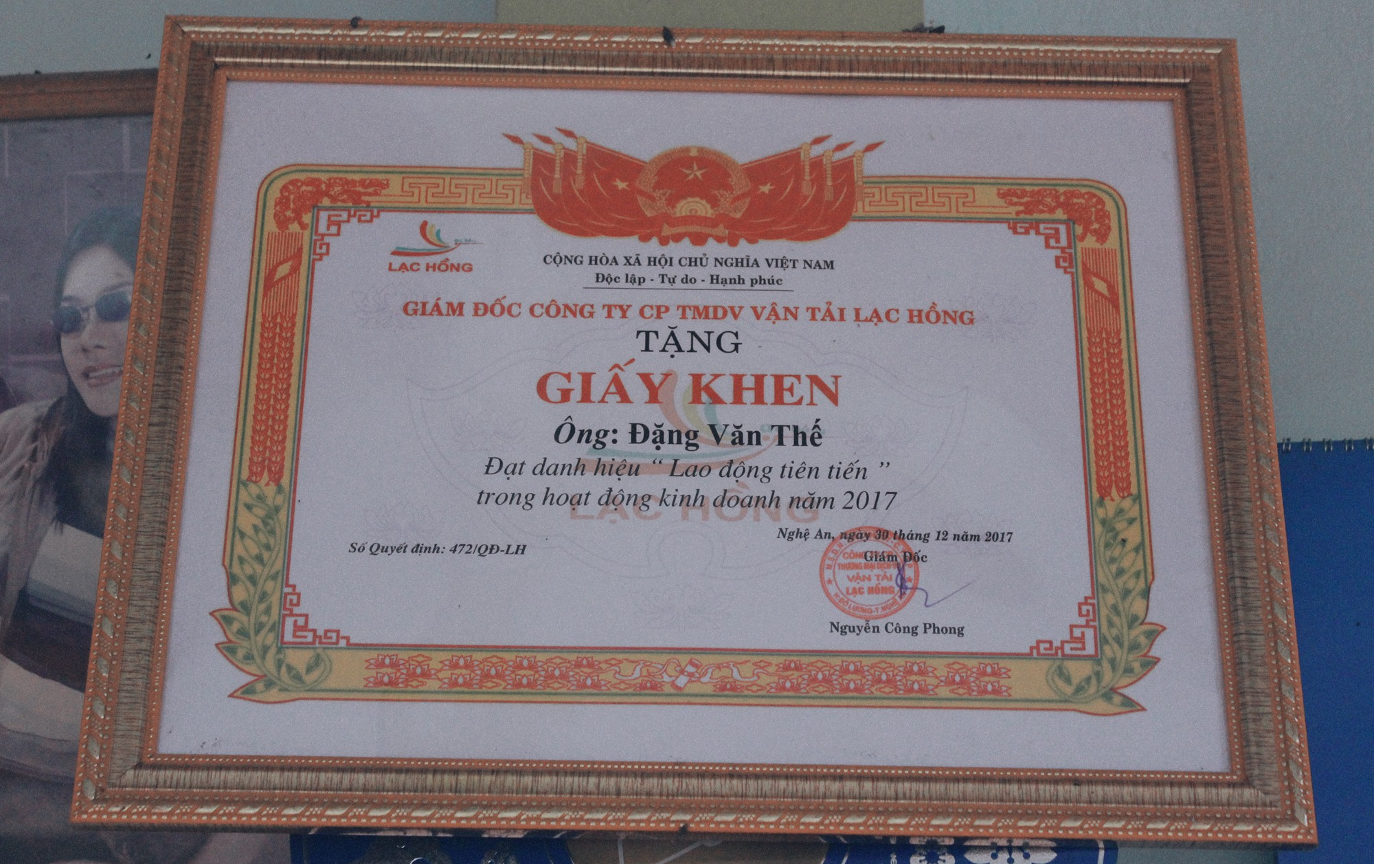 Dang Van The received a certificate of recognition from the company thanks to his contribution. Photo: Tuoi Tre