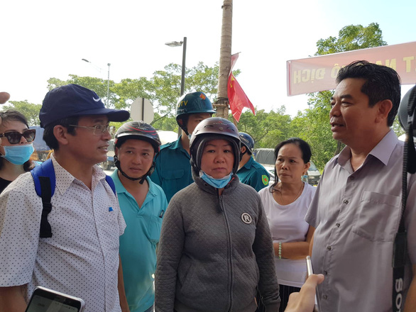 Protesters talk with a government official in Ho Chi Minh City, Vietnam, December 15, 2018. Photo: Tuoi Tre
