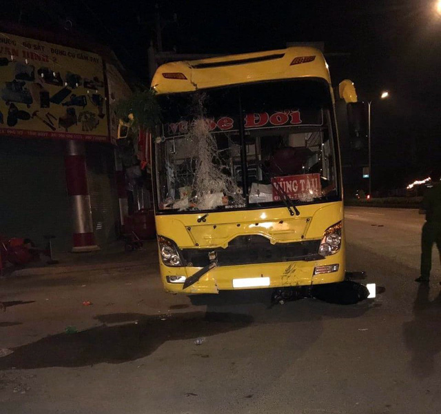 Bus strikes, kills two in southern Vietnam