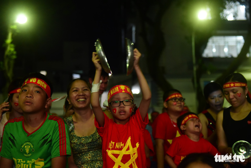 Patients watch Vietnam-Malaysia AFF final before large screens installed by Saigon hospitals