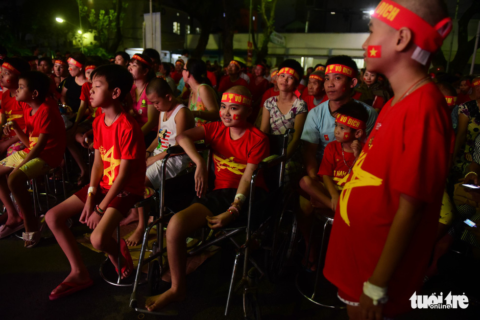 Patients watch the ASEAN Football Federation final between Vietnam and Malaysia at the the Oncology Hospital in Ho Chi Minh City, December 15, 2018. Photo: Tuoi Tre