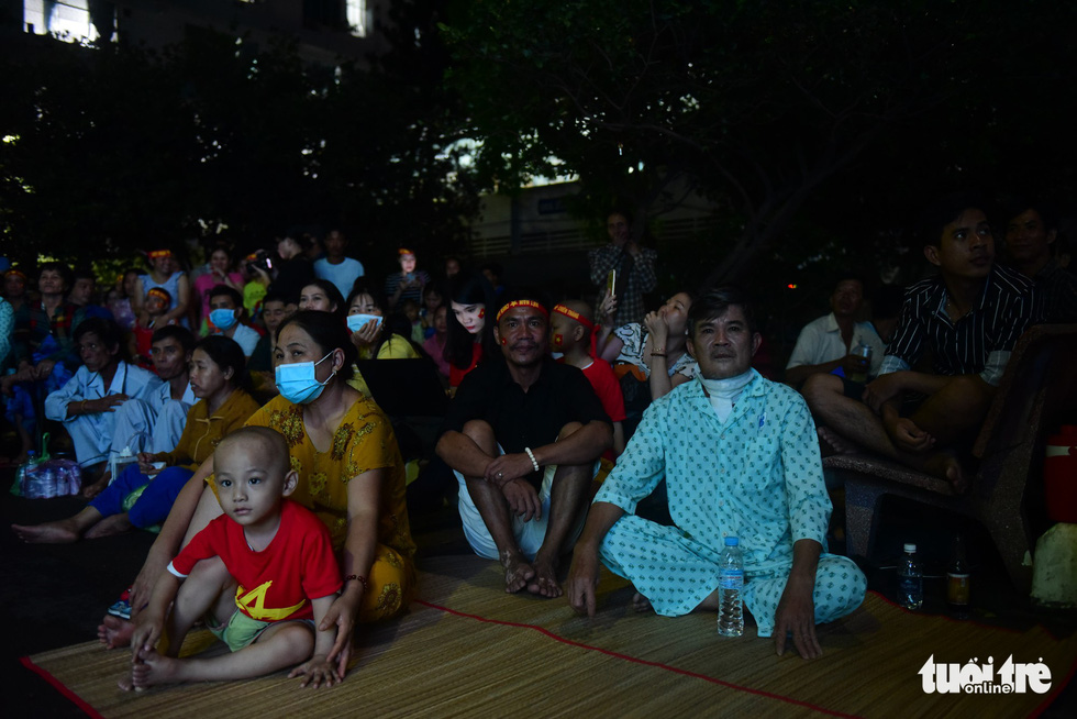Patients and relatives watch the ASEAN Football Federation final between Vietnam and Malaysia at the the Oncology Hospital in Ho Chi Minh City, December 15, 2018. Photo: Tuoi Tre
