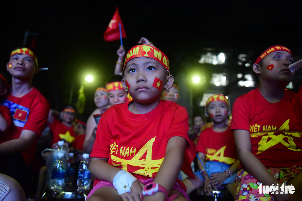 A child patient watches the ASEAN Football Federation final between Vietnam and Malaysia at the the Oncology Hospital in Ho Chi Minh City, December 15, 2018. Photo: Tuoi Tre