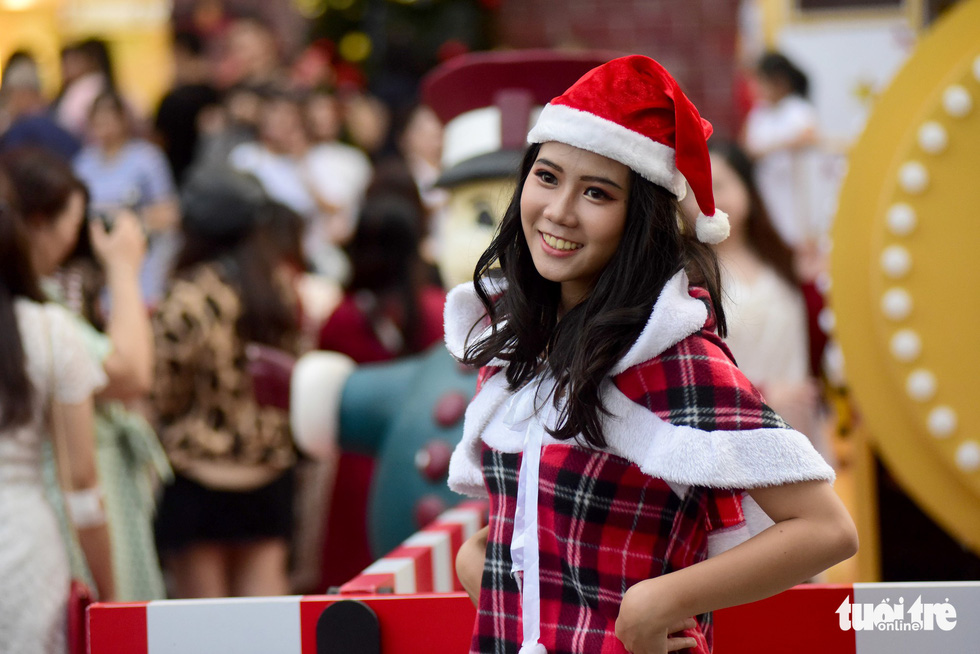 A young girl poses in her Christmas outfit. Photo: Tuoi Tre