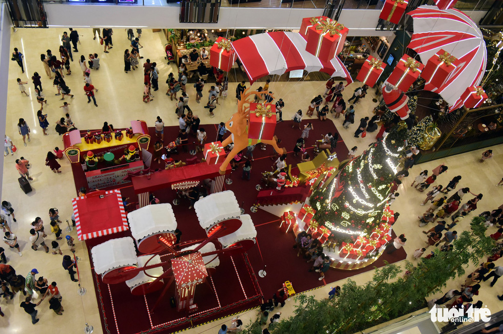Shopping mall with eye-catching ornaments attracts a lot of people. Photo: Tuoi Tre
