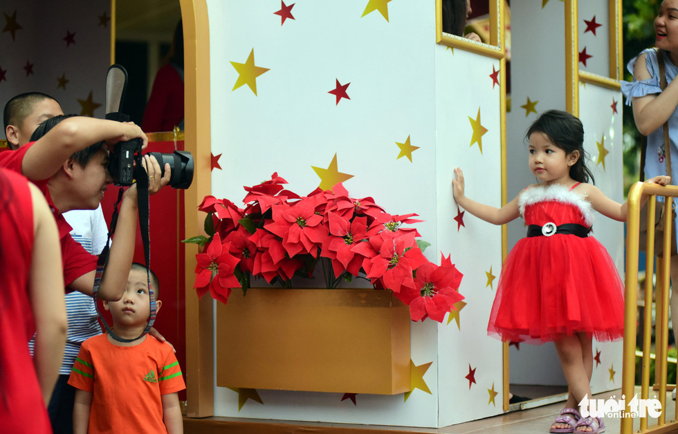 A little girl poses in her Christmas dress. Photo: Tuoi Tre