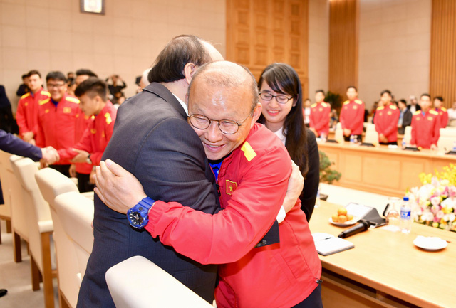 Prime Minister Nguyen Xuan Phuc (left) gives head coach Park Hang-seo of Vietnam's national football team a hug at a reception in Hanoi December 21, 2018. Photo: Tuoi Tre