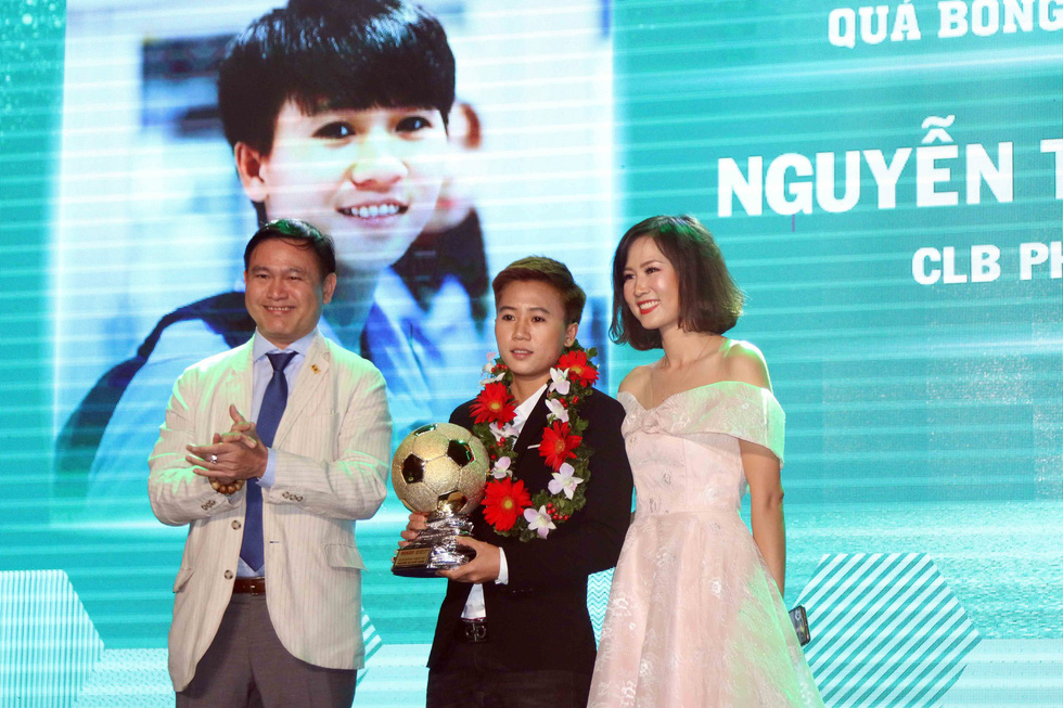 Female player Nguyen Thi Tuyet Dung (center) receives the 2018 Vietnam Golden Ball in Ho Chi Minh City, December 22, 2018. Photo: Tuoi Tre