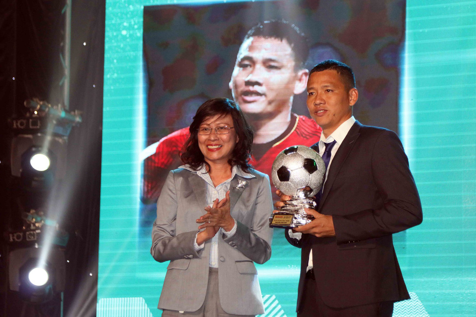Striker Anh Duc receives the 2018 Vietnam Silver Ball in Ho Chi Minh City, December 22, 2018. Photo: Tuoi Tre