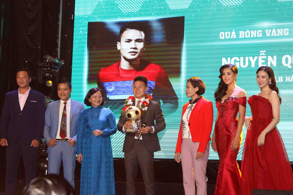 Nguyen Quang Hai (center) receives the 2018 Vietnam Golden Ball in Ho Chi Minh City, December 22, 2018. Photo: Tuoi Tre