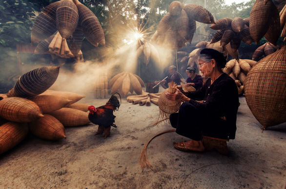 An artisan makes a bamboo fish trap in a Thu Sy village in Hung Yen Province, northern Vietnam. Photo: Nguyen Tan Tuan